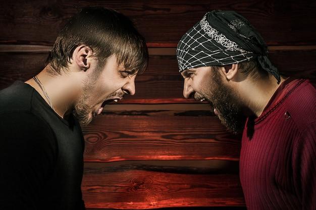 Zwei brutale männer
