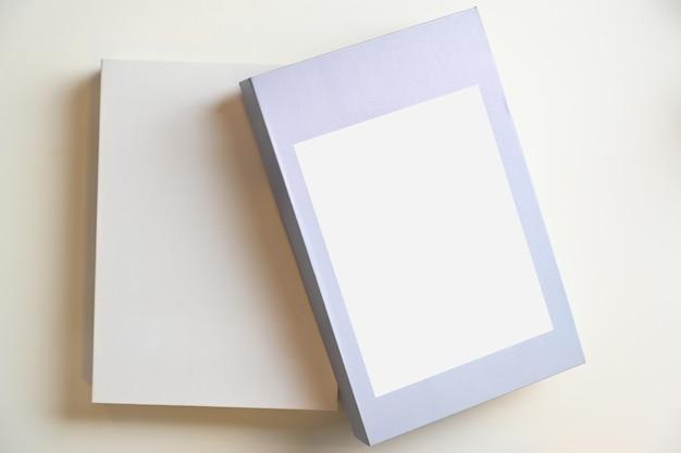 Zwei buchcover-designs mit jeweils einem leerzeichen für ihren text oder design auf weißem hintergrund