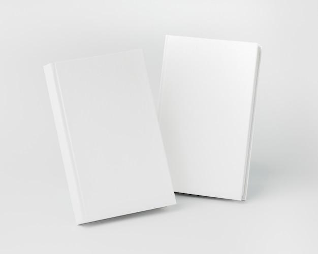 Zwei bücher auf dem schreibtisch