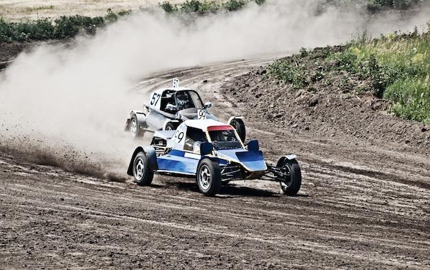 Zwei buggys für extremes offroad auf der strecke