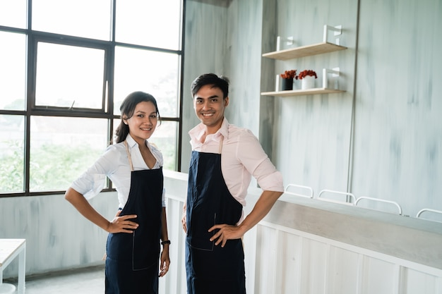 Zwei cafe kellnerin im laden