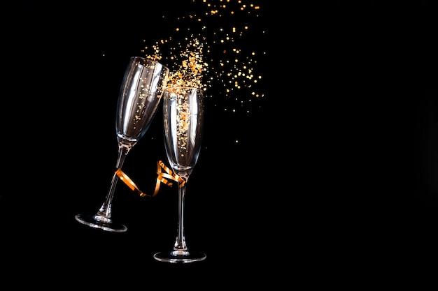 Zwei champagnergläser mit goldenem glitzer