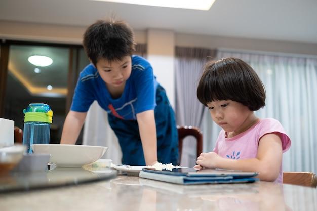Zwei chinesische kinder süchtig tablet, asiatisches kind beobachten tablet, spielen telefon, kind süchtig smartphone