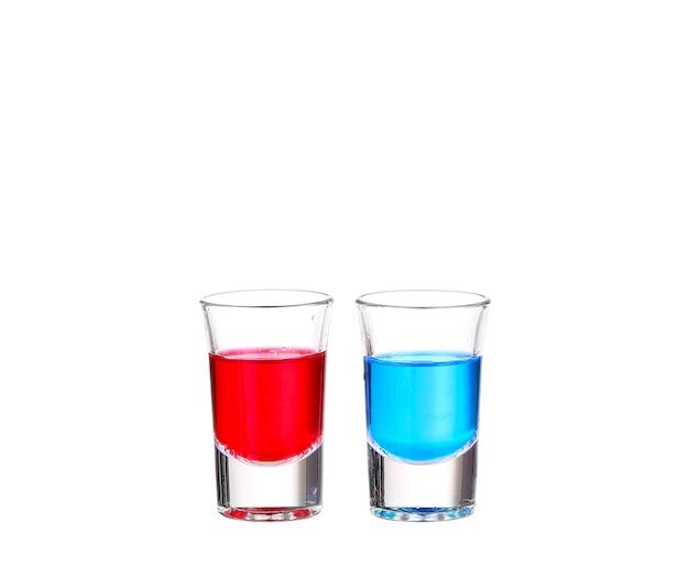 Zwei cocktails an einer weißen wand