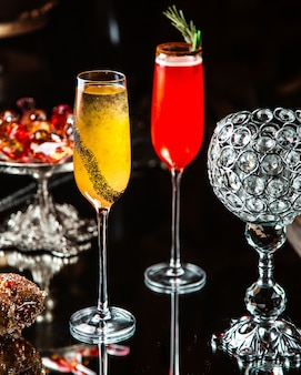 Zwei cocktails glas auf dem tisch