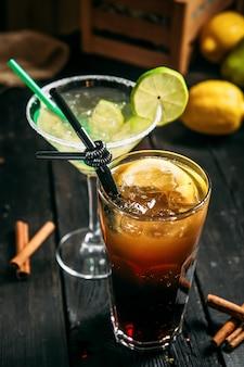 Zwei cocktails margarita und lange insel auf dem hölzernen hintergrund, vertikal