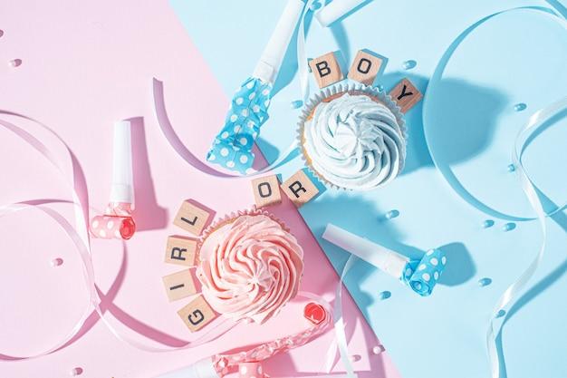 Zwei cupcakes mit blauer und rosa creme, feierkonzept, wenn das geschlecht des kindes bekannt wird