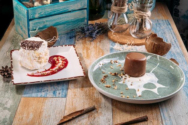 Zwei desserts schokoladenkuchen zählen ruine beerensauce