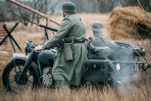 Zwei deutsche soldaten der wehrmacht auf einem motorrad