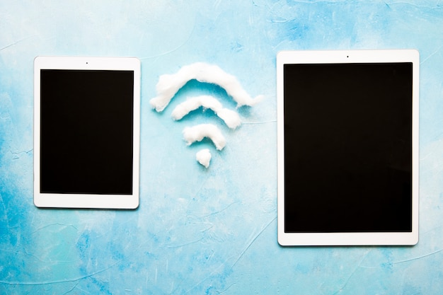 Zwei digitale tablet mit wi-fi-symbol