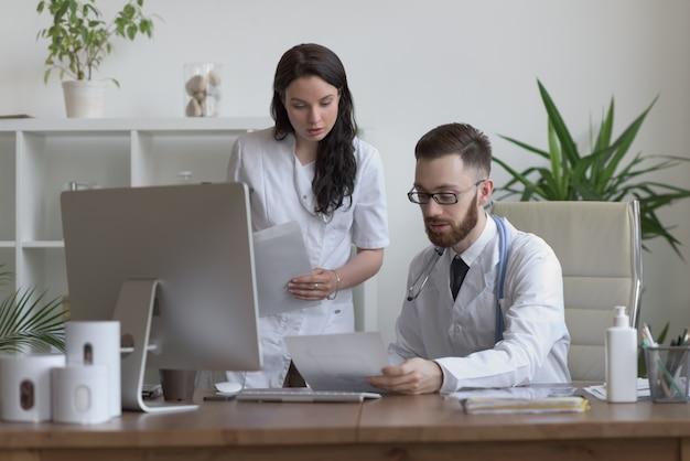 Zwei doktoren, die testergebnisse besprechen