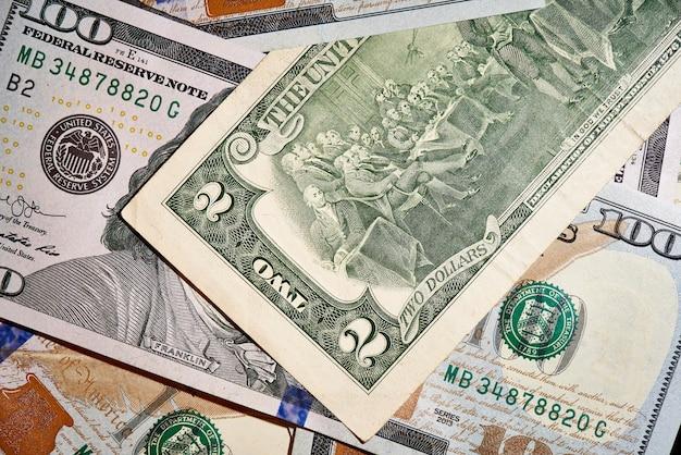 Zwei dollar auf banknoten im wert von einhundert dollar, die neue amerikanische rechnung.
