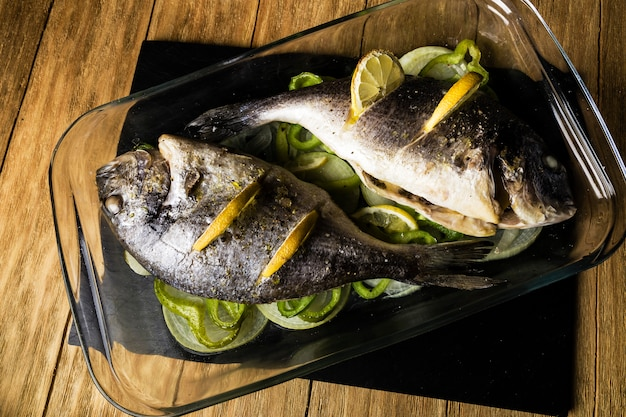 Zwei dorada-fische im ofen mit zitrone gekocht