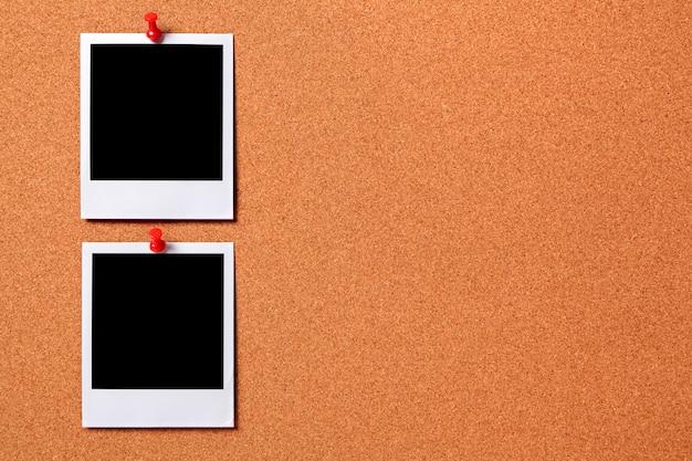 Zwei drucke polaroid foto auf einem kork-board-abonnenten