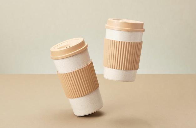Zwei eco kaffeetasse getrennt auf beige