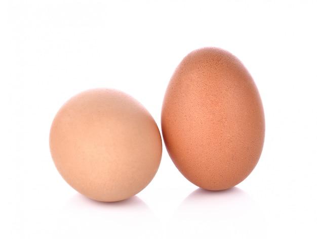 Zwei eier getrennt auf weißem hintergrund