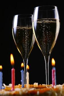 Zwei elegante gläser mit goldenem champagner und kuchen