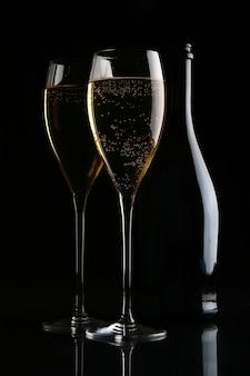 Zwei elegante gläser mit goldenem champagner