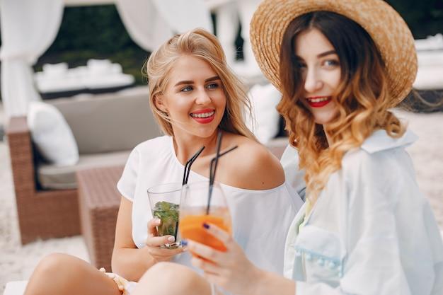 Zwei elegante mädchen in einem resort