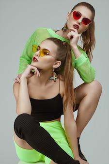 Zwei elegante neongrüne kleider der zauberhippie-zwillingsmädchen in mode
