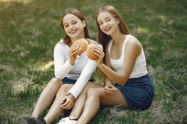 Zwei elegante und stilvolle mädchen in einem frühlingspark