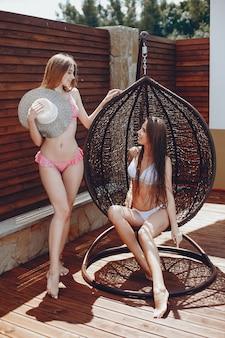 Zwei elegante und stilvolle mädchen in einem resort