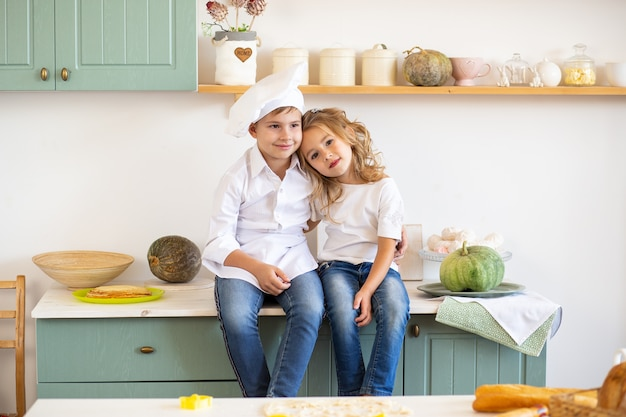 Zwei entzückende kinder in der küche zu hause