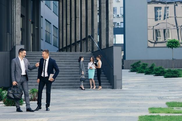 Zwei erfolgreiche geschäftsfrau, die draußen steht und redet und arbeitsprojekt bespricht. geschäftsperson. beschäftigung. arbeitsplätze.