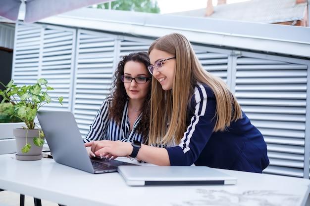 Zwei ernsthafte geschäftsfrauen diskutieren ein geschäftsprojekt, arbeiten im büro zusammen, ernsthafte beraterin und kunde sprechen bei einem meeting, fokussierte führungskräfte teilen ideen