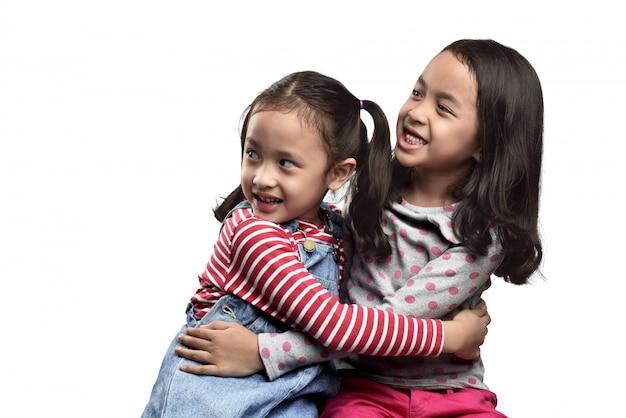 Zwei erschrockener asiatischer ausdruck der kleinen mädchen