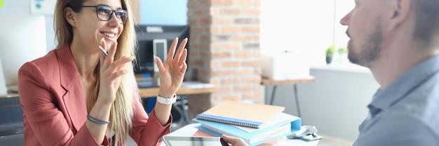 Zwei erwachsene geschäftsleute führen ein arbeitsinterview gegen das amt. besprechungskonzept.
