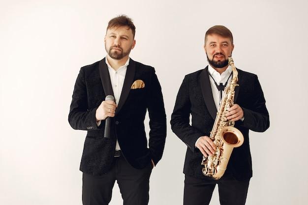 Zwei erwachsene musiker stehen im studio