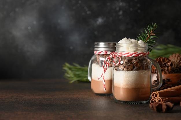 Zwei essbare weihnachtsgeschenke für schokoladengetränk