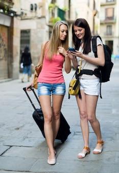 Zwei europäische studenten im urlaub mit gepäck