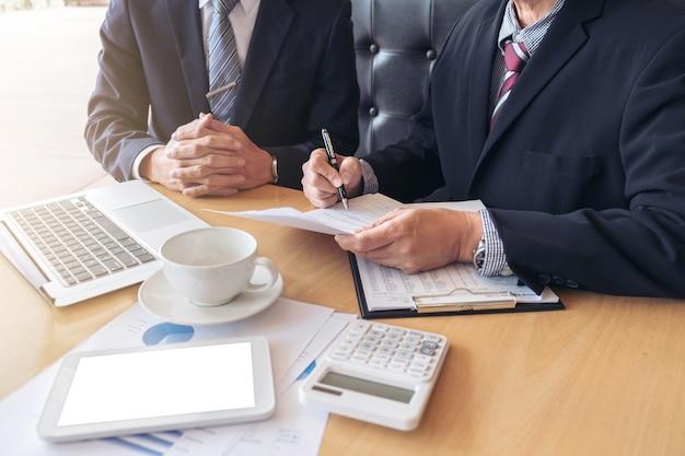 Zwei exekutivgeschäftskollegen, die ideen des projektes über firma treffen und besprechen