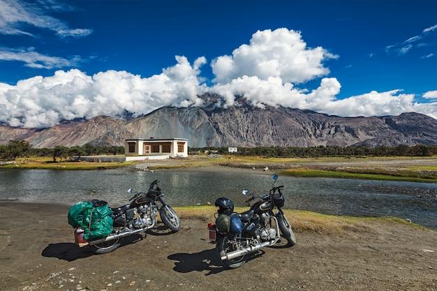 Zwei fahrräder im himalaya. ladakh, indien