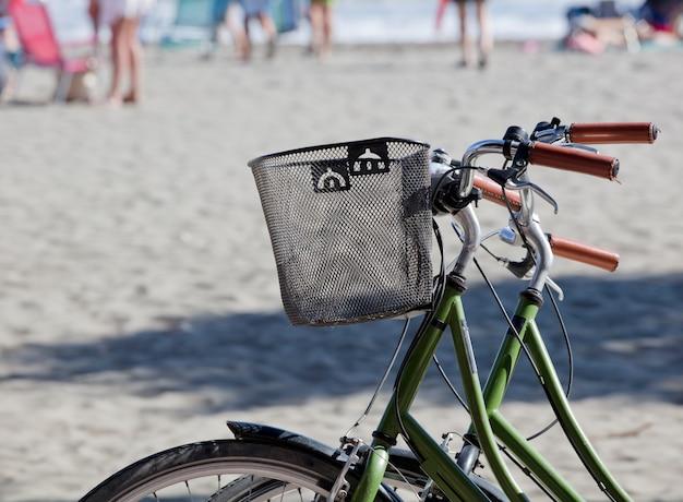 Zwei fahrräder mit strand im hintergrund