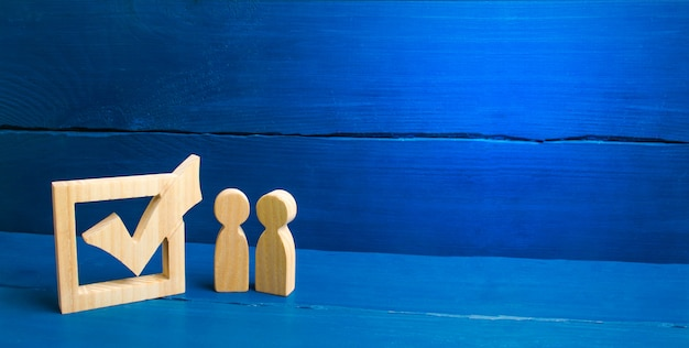 Zwei figuren stehen nebeneinander, um das kästchen anzukreuzen
