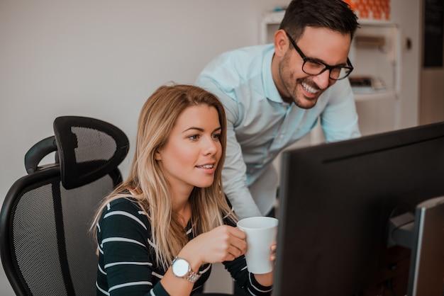 Zwei firmenkundenkollegen, die im büro zusammenarbeiten.