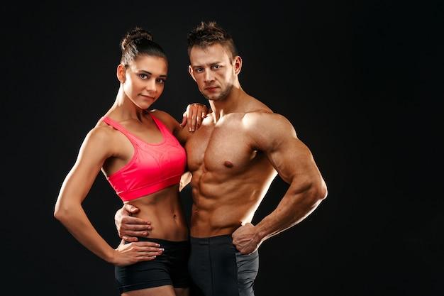 Zwei fit sportler posieren zusammen, nah beieinander. studioportrait.
