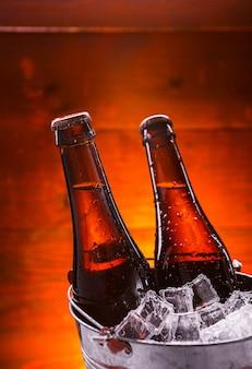 Zwei flaschen bier in einem eiskübel