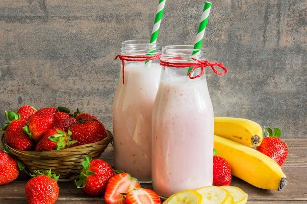 Zwei flaschen erdbeer-bananen-smoothie