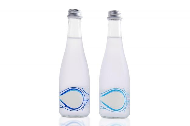 Zwei flaschen mineralwasser getrennt auf weiß