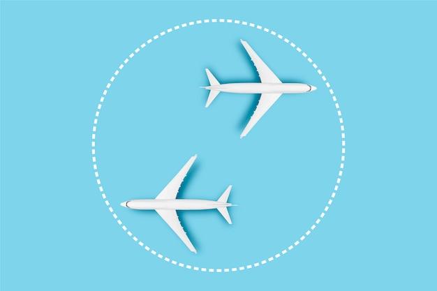 Zwei flugzeuge auf blauem grund. konzeptreisen, flugtickets, flug, palettenroute, transfer.