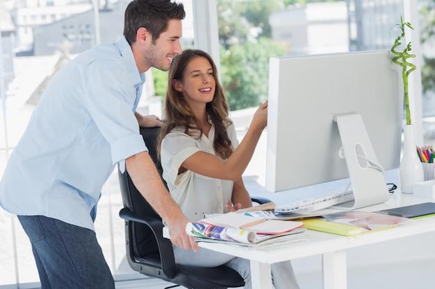 Zwei foto-editoren, die an einem computer arbeiten