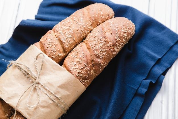 Zwei französische baguettes mit auf blauem textil