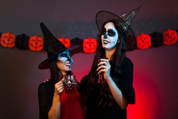 Zwei frauen als hexen verkleidet