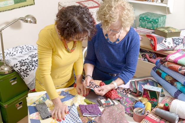 Zwei frauen arbeiten an ihrem patchwork