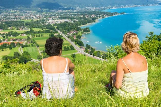 Zwei frauen beobachten blick auf den lake annecy