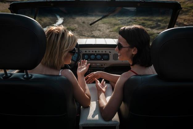 Zwei frauen, die zusammen mit dem auto reisen